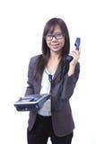 Mulheres de funcionamento que prendem o telefone e o sorriso Foto de Stock