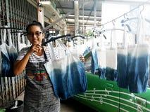 Mulheres de Hai que trabalham o conhecimento nativo da cor de tingidura do índigo do batik do laço de Tailândia ou da cor do mauh fotografia de stock
