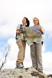 Mulheres de navegação do mapa fotos de stock