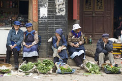 Mulheres de Naxi que vendem vegetais imagens de stock