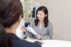 Mulheres de negócio asiáticas de trabalho imagem de stock