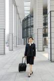 Mulheres de negócio chinesas com mala de viagem fotografia de stock