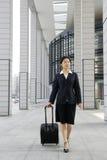 Mulheres de negócio chinesas com mala de viagem imagem de stock
