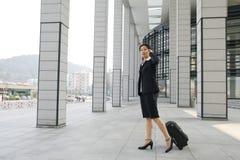 Mulheres de negócio chinesas com mala de viagem Foto de Stock