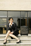 Mulheres de negócio chinesas com mala de viagem fotos de stock