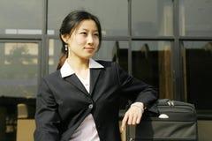 Mulheres de negócio chinesas com mala de viagem imagens de stock