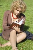 Mulheres de negócio com caderno foto de stock