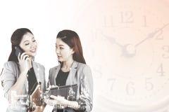 Mulheres de negócio da exposição dobro/refinaria de petróleo Imagens de Stock