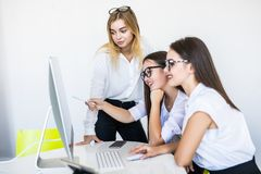 Mulheres de negócio eficientes que trabalham junto na mesa de escritório no projeto novo, conceito dos empresários das mulheres fotografia de stock royalty free