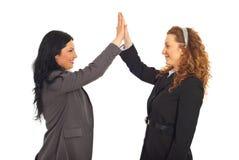 Mulheres de negócio felizes cinco elevados Fotos de Stock Royalty Free