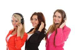 Mulheres de negócio felizes com auriculares. imagens de stock