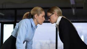 Mulheres de negócio fortes que olham-se, colegas competição, confrontação vídeos de arquivo