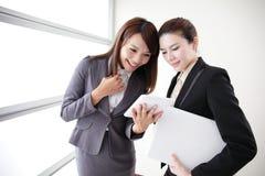 Mulheres de negócio olhar e conversação do sorriso fotografia de stock