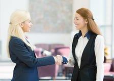 Mulheres de negócio que agitam as mãos imagem de stock