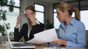 Mulheres de negócio que discutem, mostrando as cartas, acusando-se nos rendimentos reduzidos vídeos de arquivo