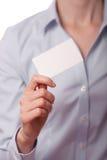 Mulheres de negócio que entregam um cartão Imagem de Stock