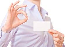 Mulheres de negócio que entregam um cartão Fotos de Stock Royalty Free