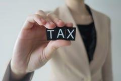Mulheres de negócio que guardam a letra do imposto Imagens de Stock Royalty Free
