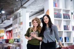Mulheres de negócio que olham em linha reta na câmera Imagem de Stock Royalty Free