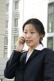 Mulheres de negócio que prendem um telefone móvel fotografia de stock royalty free