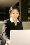 Mulheres de negócio que trabalham com portátil fotos de stock royalty free
