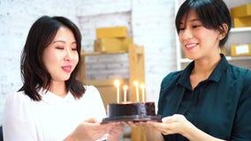 Mulheres de negócios asiáticas que comemoram o aniversário no escritório vídeos de arquivo