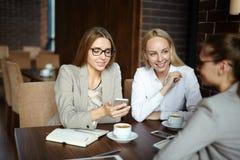 Mulheres de negócios atrativas que têm a ruptura de café Foto de Stock