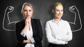 Mulheres de negócios com o desenho que simboliza o poder e os trabalhos de equipa imagens de stock