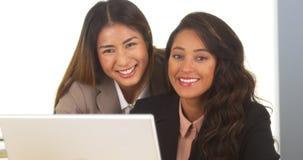 Mulheres de negócios da raça misturada que sorriem na câmera Fotos de Stock