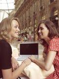 Mulheres de negócios felizes com portátil Fotos de Stock Royalty Free