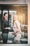 Mulheres de negócios felizes que estão no escritório Imagens de Stock Royalty Free