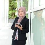 Mulheres de negócios muçulmanas novas bonitas Imagens de Stock