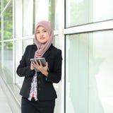 Mulheres de negócios muçulmanas novas bonitas Fotos de Stock