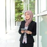 Mulheres de negócios muçulmanas novas bonitas Imagem de Stock Royalty Free