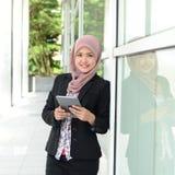 Mulheres de negócios muçulmanas novas bonitas Imagem de Stock