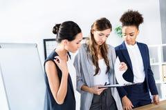 Mulheres de negócios multi-étnicos Fotografia de Stock