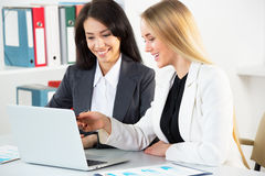 Mulheres de negócios novas Fotografia de Stock