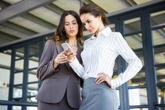 Mulheres de negócios novas bonitas no escritório Imagens de Stock Royalty Free