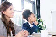 Mulheres de negócios novas que trabalham junto Fotografia de Stock