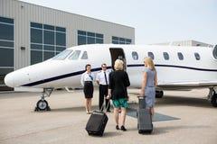 Mulheres de negócios que andam para o jato privado fotos de stock royalty free