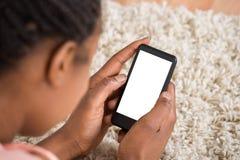 Mulheres de negócios que lêem o newspaer e que prendem o móbil imagens de stock