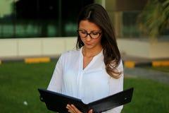 Mulheres de negócios que olham o dobrador Foto de Stock