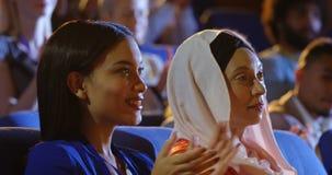 Mulheres de negócios que sentam-se no assento e que aplaudem no auditório 4k filme