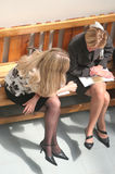 Mulheres de negócios que sentam-se no banco fotografia de stock royalty free