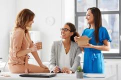 Mulheres de negócios que têm o almoço no escritório foto de stock