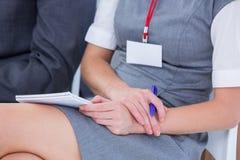 mulheres de negócios que tomam a nota durante uma reunião Imagens de Stock Royalty Free