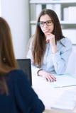 Mulheres de negócios que trabalham junto Foto de Stock
