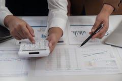 Mulheres de negócios que trabalham junto nos trabalhos de equipe do escritório que conceituam o conceito explicando do negócio foto de stock