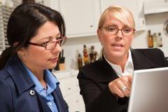 Mulheres de negócios que trabalham no portátil fotos de stock