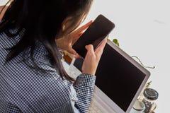 Mulheres de negócios que usam o telefone celular que trabalha na cafetaria foto de stock royalty free